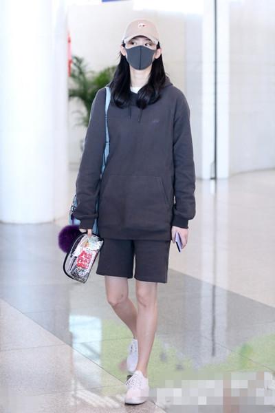 奚梦瑶穿衣搭配技巧示范 百慕大短裤遮象腿功力一流