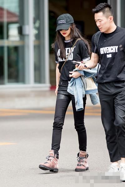 明星服装流行趋势示范 来件镶边T恤减龄又青春
