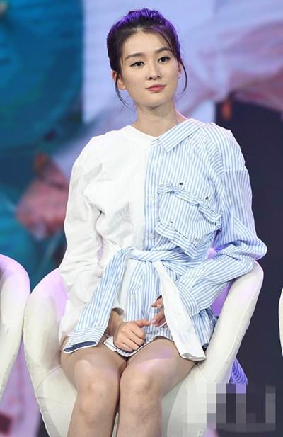 """乔欣范爷穿衣搭配示范 """"阴阳""""拼接衬衫个性十足"""