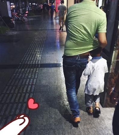 爸爸在暴雨中为孩子挡雨 父爱也可以很细腻!