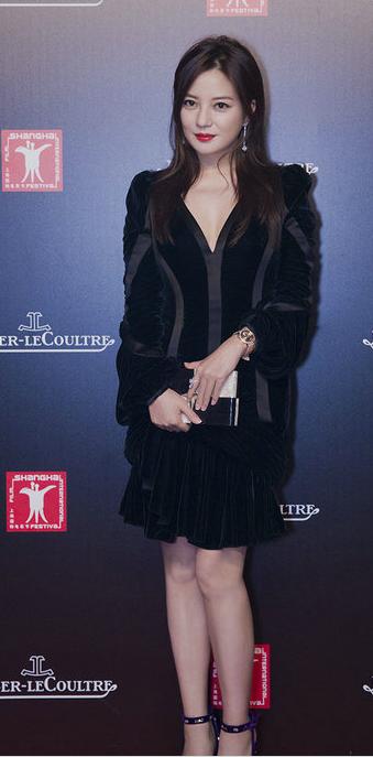 赵薇现身上影节 黑色长裙尽显性感本色