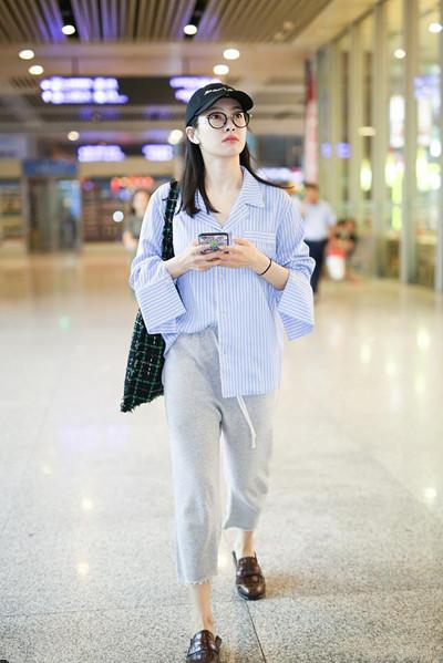 宋茜最新街拍造型示范 条纹衬衫+运动裤随性又时尚