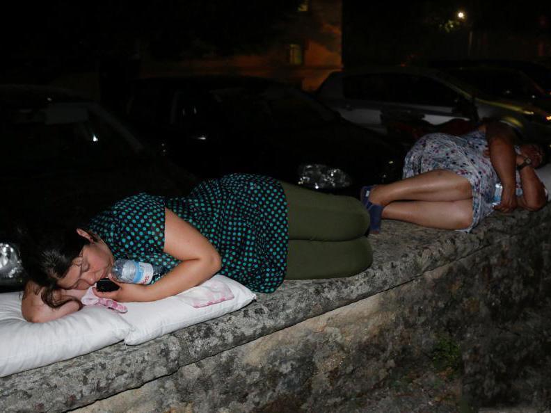 从受灾地区疏散出来的民众在临时安置中心休息。葡萄牙内政国务秘书戈梅斯说,遇难者都是当地居民,他们当中不少人是在驾车时被大火困于车内。