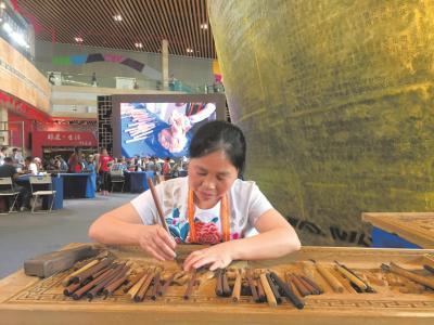 东阳54岁木雕女雕刻《红楼梦》 11年努力已经雕完201块
