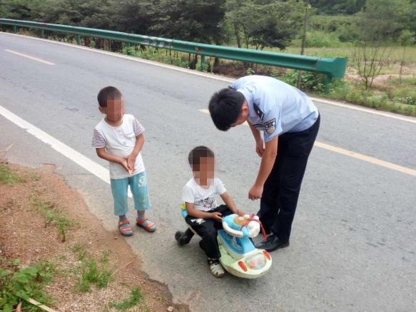 幼童公路上自驾游 被巡逻民警将人和车一起扣下