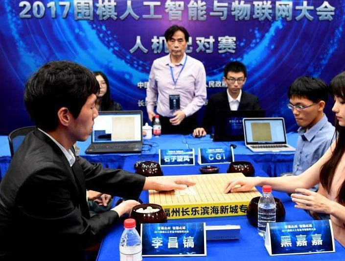 """来自宝岛台湾、被誉为""""围棋界第一美女""""的棋手黑嘉嘉和台湾交通大学人工智能CGI及团队组成的战队,率先对阵韩国围棋世界冠军李昌镐和韩国AI石子旋风及团队组成的战队。"""