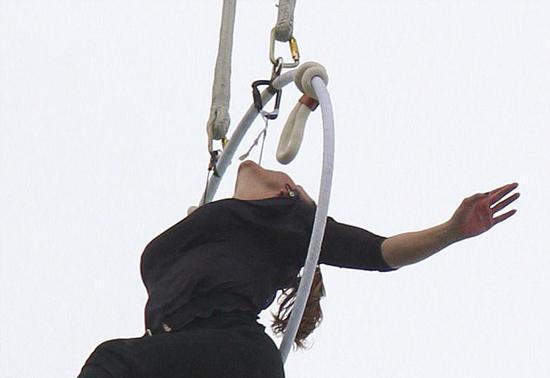 美国高空特技女演员仅凭牙齿悬挂瀑布