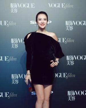 章子怡身着露肩短裙压轴走红毯 携萧邦珠宝展现优雅女人魅力