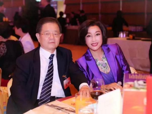 刘晓庆携75岁丈夫露面 参加香港各界精英庆祝回归祖国20周年晚会