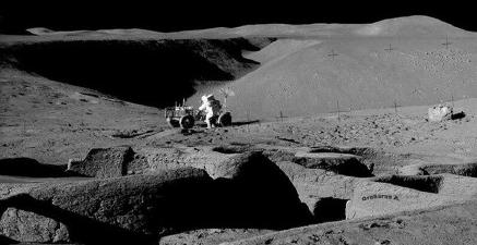 霍金警告人类不要尝试登月:外星人就在月球背面