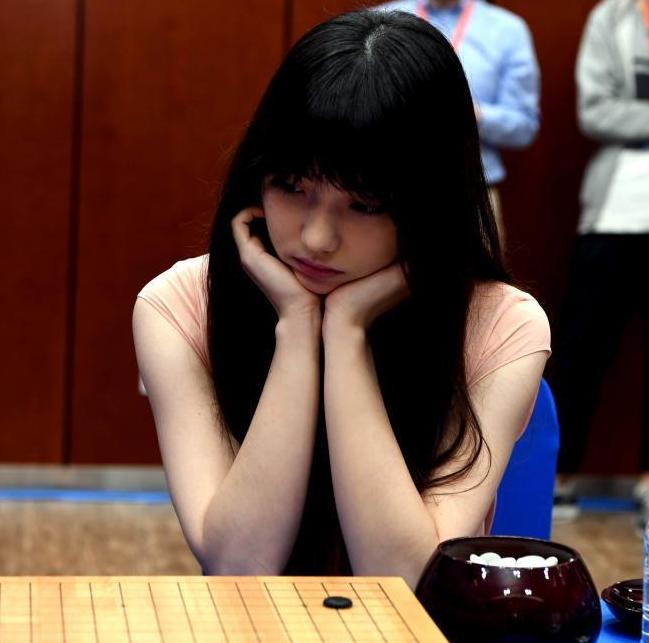 """""""围棋界第一美女""""黑嘉嘉参加人机团体配对赛"""