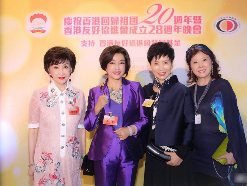 """很多人好奇,刘晓庆究竟凭什么让王晓玉对她死心塌地。刘晓庆曾说:""""如果问我这个问题,我不是很清楚,我只明白一个道理,就是不贪图人家的钱,最后反而什么都有了。"""""""