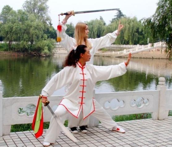 法白富美嫁中国 带来一批洋学生跟婆婆练太极