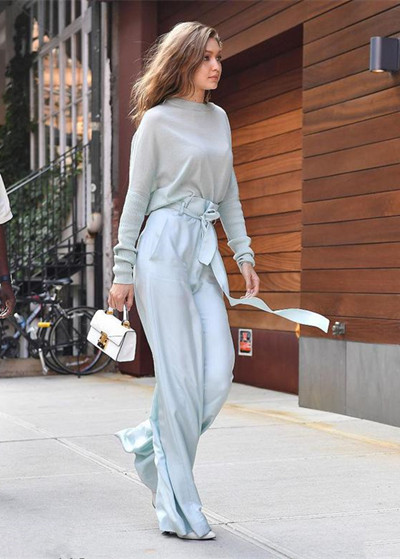Gigi Hadid街拍造型示范 蓝色连体裤造型美上天