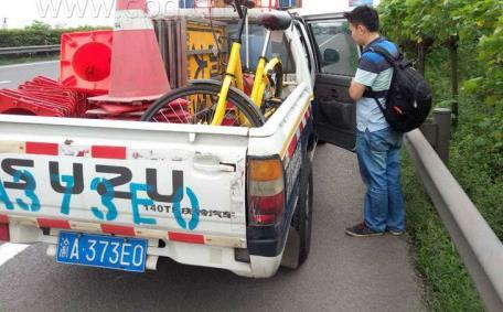 重庆男子骑共享单车上高速 给交通带来了安全隐患