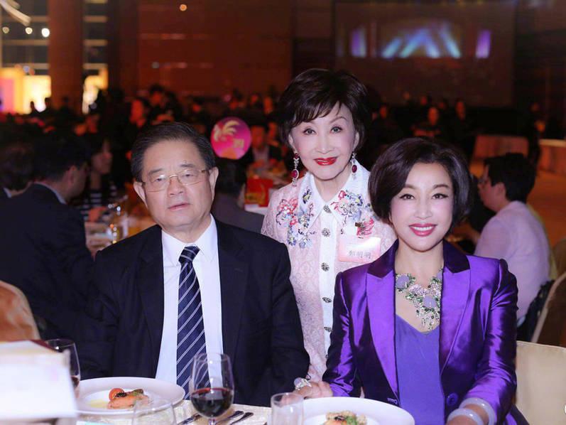 图为刘晓庆夫妇与友人合影