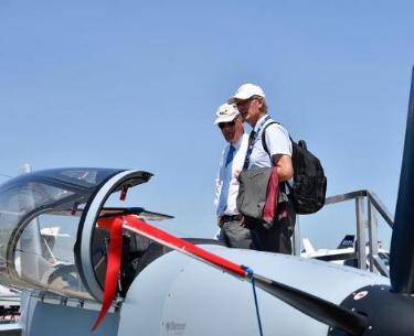 """2017巴黎航展开幕 中国""""鹘鹰""""战机模型首次在巴黎航展亮相"""
