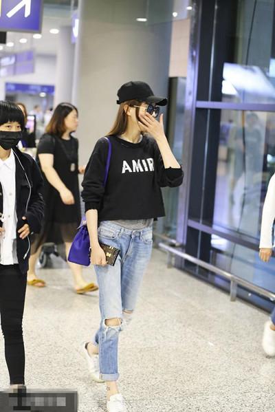 唐嫣最新机场街拍示范 黑衣+破洞牛仔裤休闲范儿十足