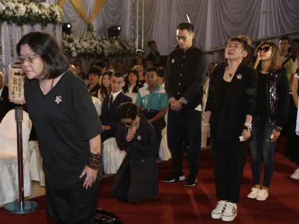猪哥亮告别式郭采洁痛哭 跪坐在地上鞠躬跪拜
