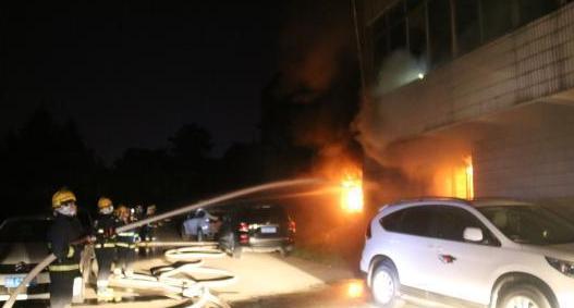 湖北居民楼大火 消防员奋勇救出两名婴儿