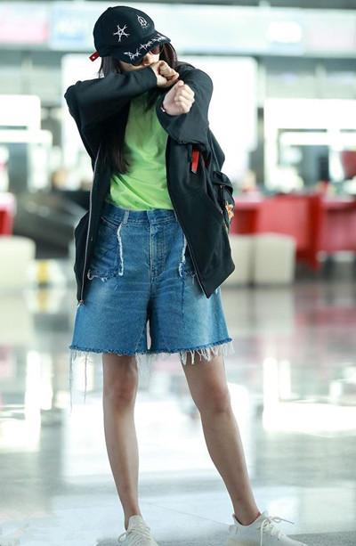 关晓彤机场街拍示范 T恤+牛仔短裤开心比V卖萌