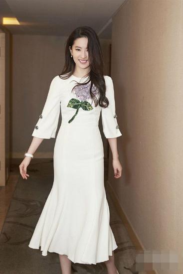 跟刘亦菲学穿衣搭配造型 简单连衣裙也能仙气十足