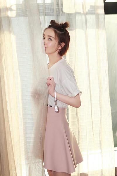 阚清子穿衣搭配示范 T恤+短裙时髦又减龄
