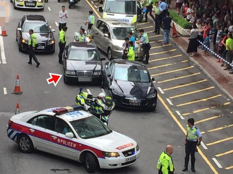 """豪车狂飙14公里连撞3车 因交通堵塞被迫""""收油"""""""