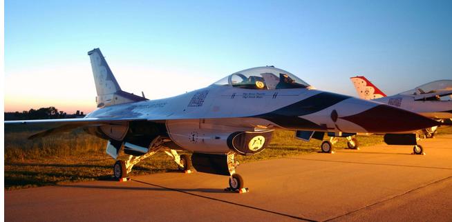 美军战斗机坠毁 飞行员在坠毁前逃离