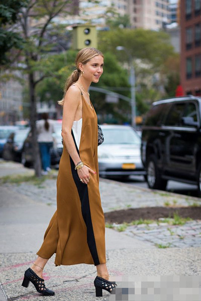 欧美夏日街拍造型示范 丝绸吊带连衣裙让你风情万种