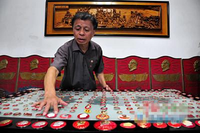 市民收藏10350枚毛主席像章 有人高价收购都不卖