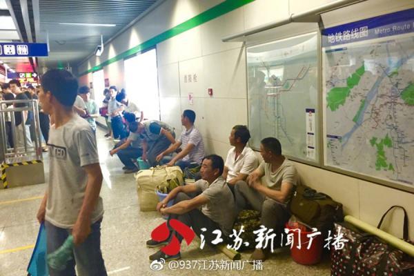 农民工在南京地铁站蹲等两小时:年轻人赶时间让他们先走