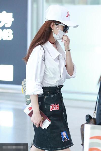 赵丽颖穿衣搭配造型示范 白色衬衣+短裙秀出纤细美腿