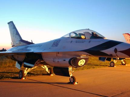 美军战斗机坠毁 飞行员在坠毁前逃离并已被送往医院