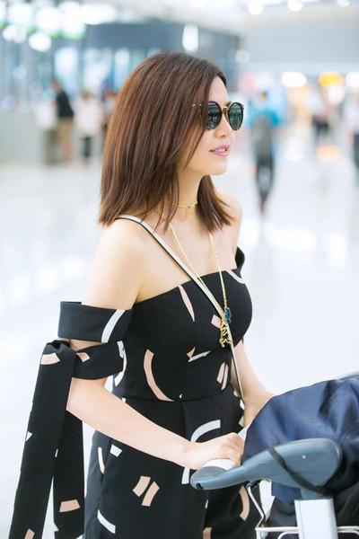陈妍希机场街拍造型示范 一身黑色连衣裤心情显大好
