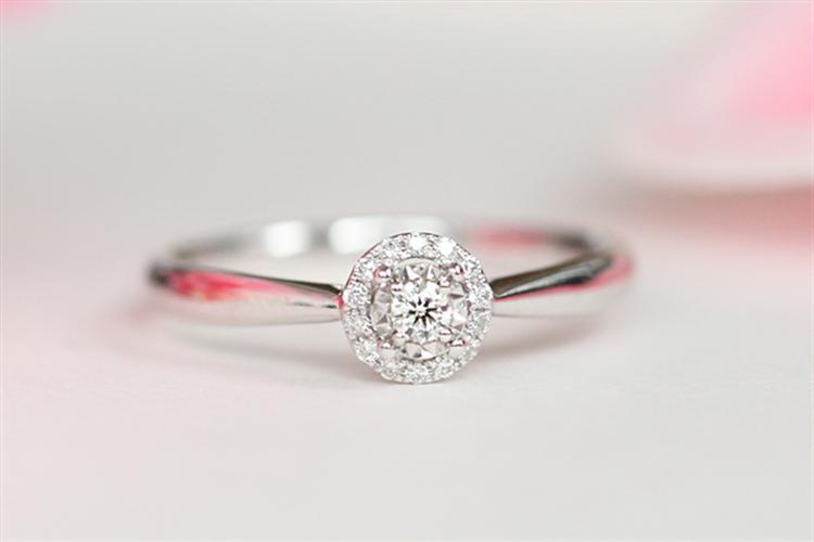 百泰黄金首饰时尚经典四爪白18K金花蕾钻石结婚求婚戒指_珠宝图片