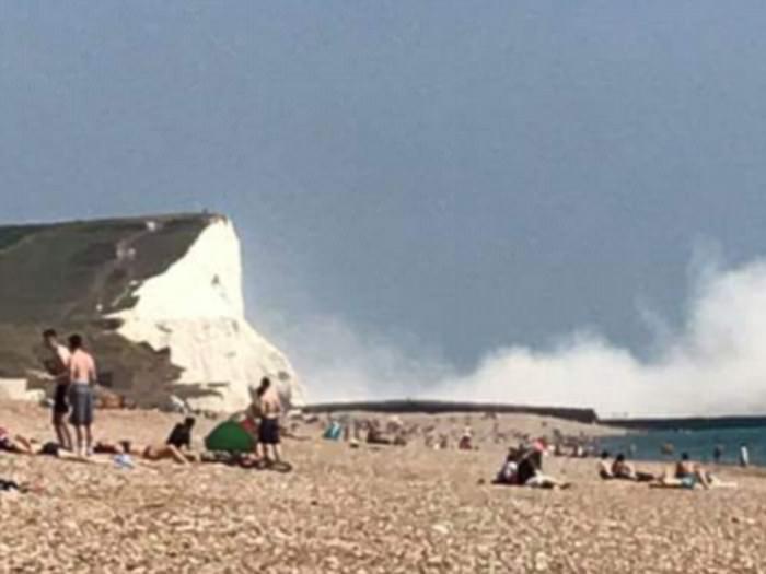 英国悬崖崩塌 多达5万吨石灰岩由80米高倾泻而下