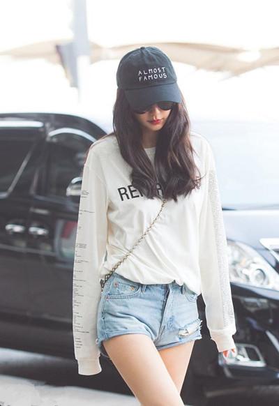 跟Angelababy学穿衣搭配 白T+短裤造型利落时髦