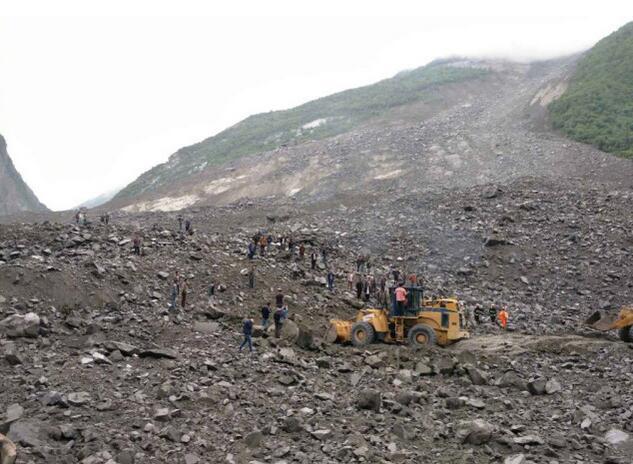 四川茂县山体垮塌 造成46户农房被掩埋141人失联