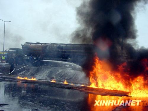巴基斯坦一油罐车侧翻引发大火:已造成120人死亡 100多人受伤