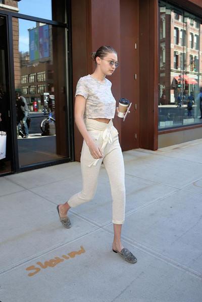 Gigi Hadid街拍造型示范 全白look大秀逆天长腿