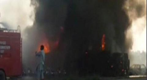巴基斯坦油车侧翻:巴基斯坦油罐车因爆胎侧翻爆炸 153人死100人伤