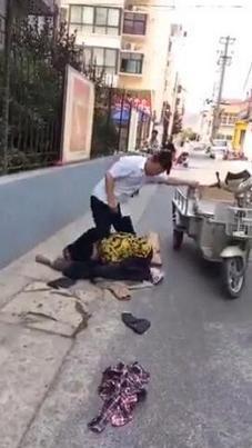 警察路边殴打老人 知法犯法实在太嚣张