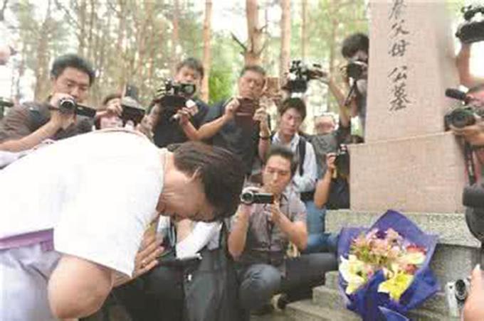 日遗孤拜祭养父母 献上千纸鹤并进行悼念