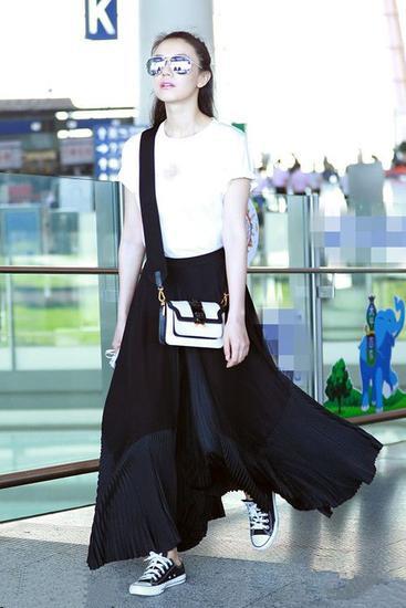 高圆圆最新街拍示范 黑裙+白t让你清新又少女