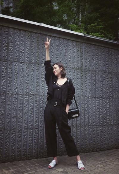 宋佳夏季街拍造型示范 黑色连体裤+凉拖清凉又时髦