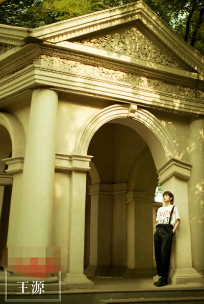 王源私服街拍造型示范 背带裤+白T明媚又充满故事