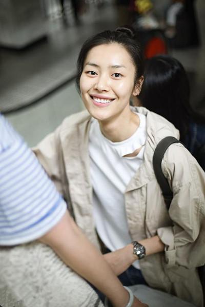 刘雯穿衣搭配造型示范 白T+长风衣现身机场少女感爆棚