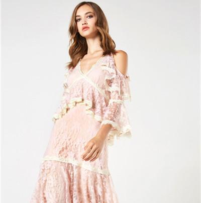 Blumarine服装品牌释出2018早春度假系列时尚型录
