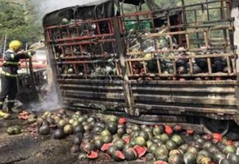 货车起火西瓜烧焦 7吨西瓜成碳瓜